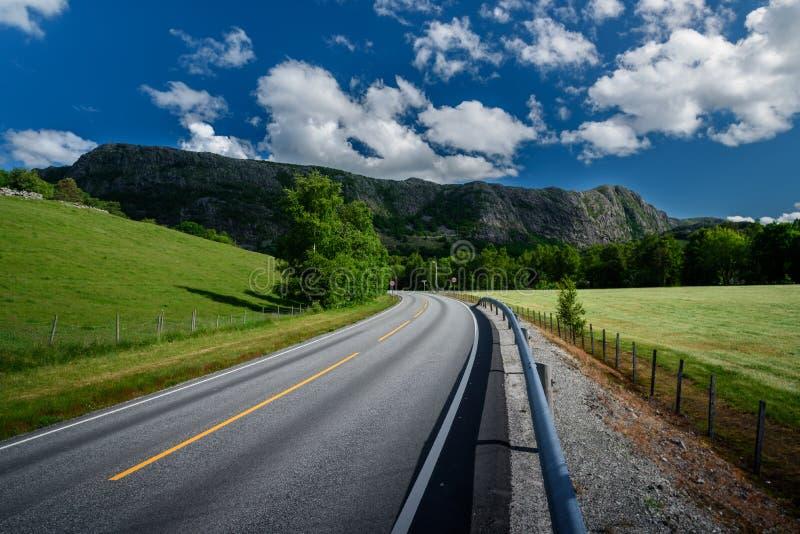 Piękny norwegu krajobraz w górach - drogowy prowadzić góry zdjęcie stock