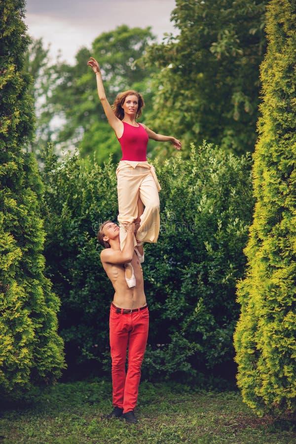 Piękny nowożytnego baleta pary taniec w lecie outdoors fotografia royalty free