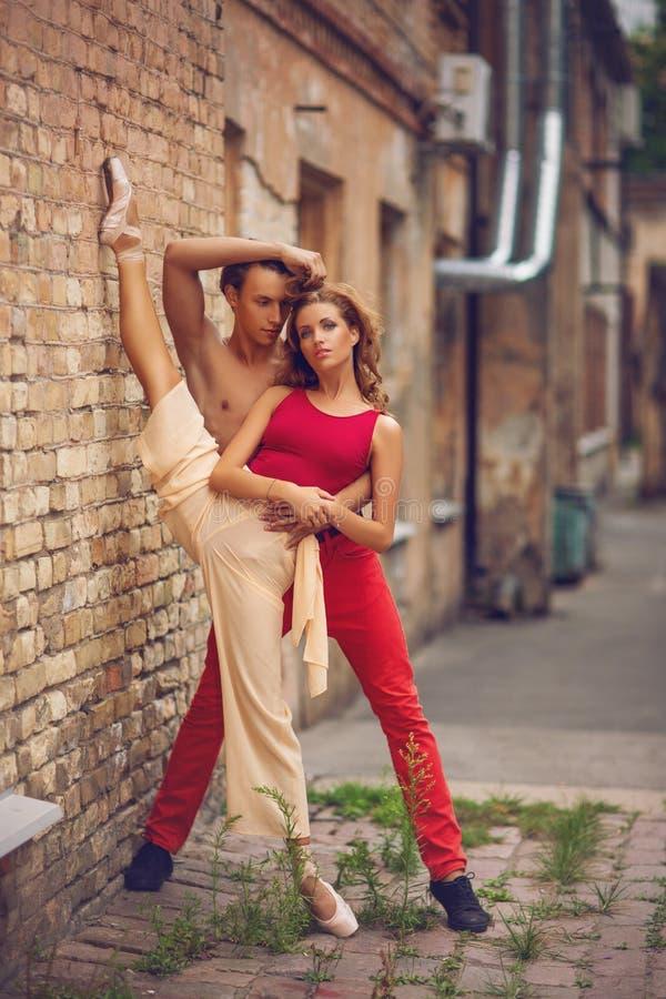 Piękny nowożytnego baleta pary taniec w lecie outdoors obrazy royalty free