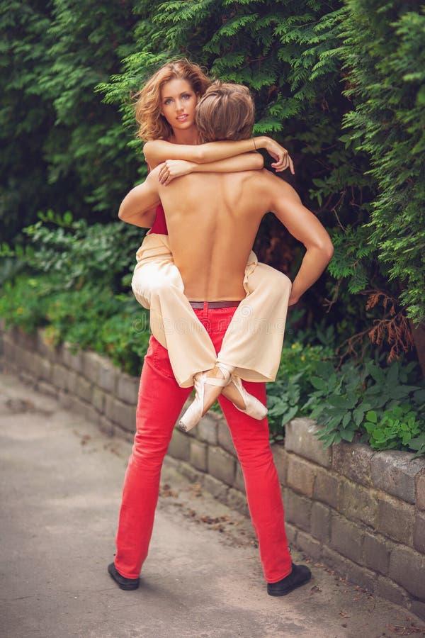 Piękny nowożytnego baleta pary taniec w lecie outdoors zdjęcie stock