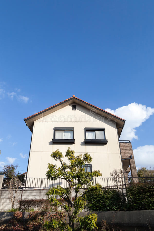 Piękny nowożytnego projekta domu dom z niebieskim niebem zdjęcia royalty free