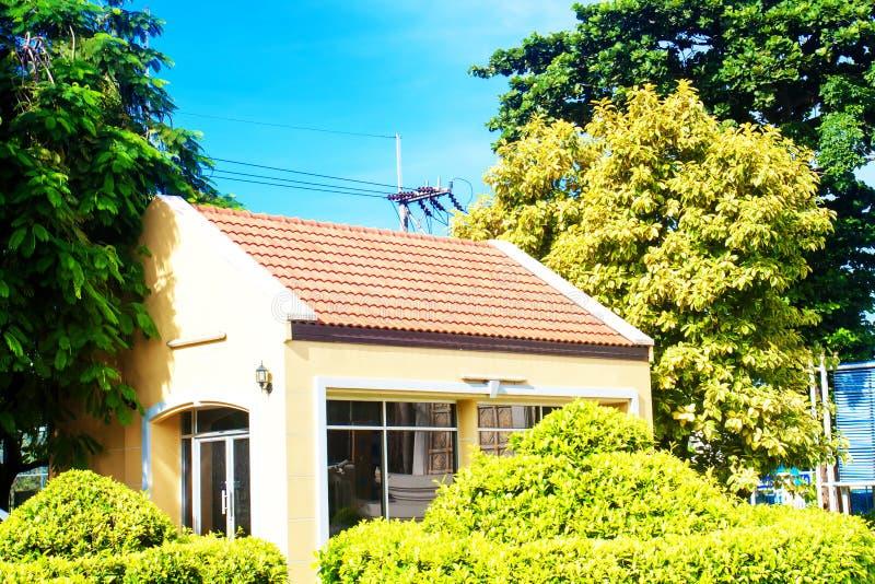 Piękny nowożytnego projekta domu dom z niebieskim niebem obraz stock