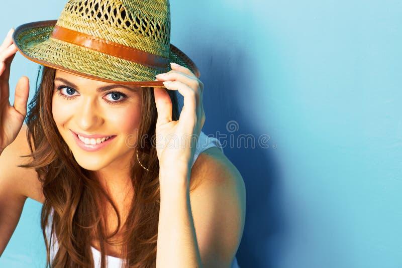 Piękny nowożytny kobieta portret z dużym naturalnym toothy uśmiechem zdjęcia royalty free
