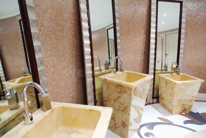 Piękny nowożytny washroom fotografia stock