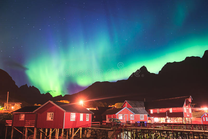 Piękny obrazek masywna multicoloured wibrująca zorza Borealis, zorzy Polaris, także zna jako Północni światła w nocnym niebie zdjęcie stock