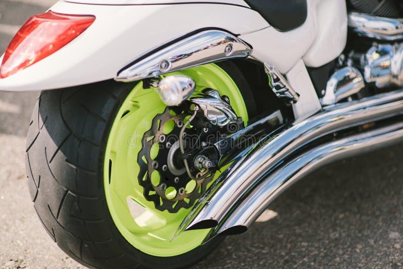 Piękny obyczajowy motocykl na ulicie przy dniem zdjęcie stock