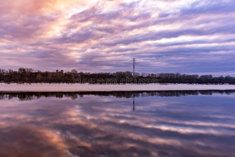 Piękny odbicie niebo przy zmierzchem w wodzie na rzece tło mleczy spring pełne meadow żółty zdjęcie stock