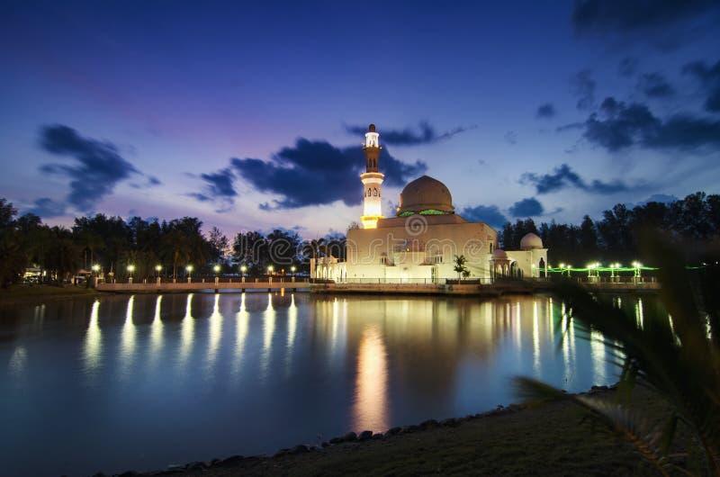 Piękny odbicie Tengku Tengah Zaharah meczet nad sunris zdjęcie royalty free