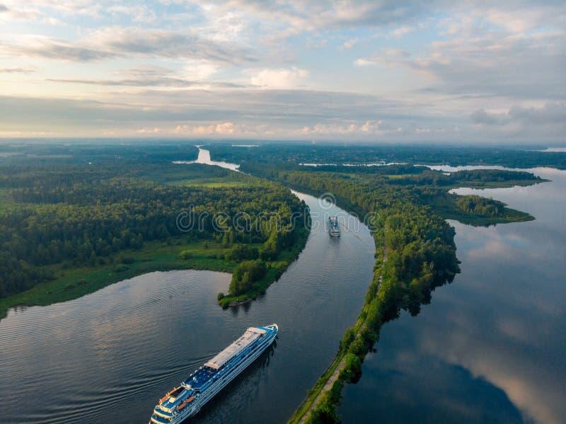 Piękny odgórny widok statki opuszcza kanał las i rzeka w Rosja zdjęcia royalty free