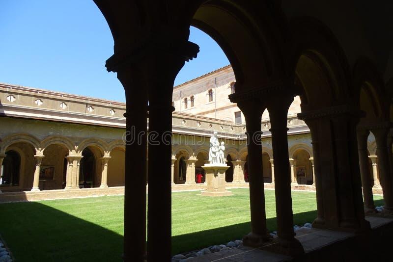 Piękny ogród z statuą i zieloną trawą od Les Avellanes monasteru w Catalonia obrazy stock