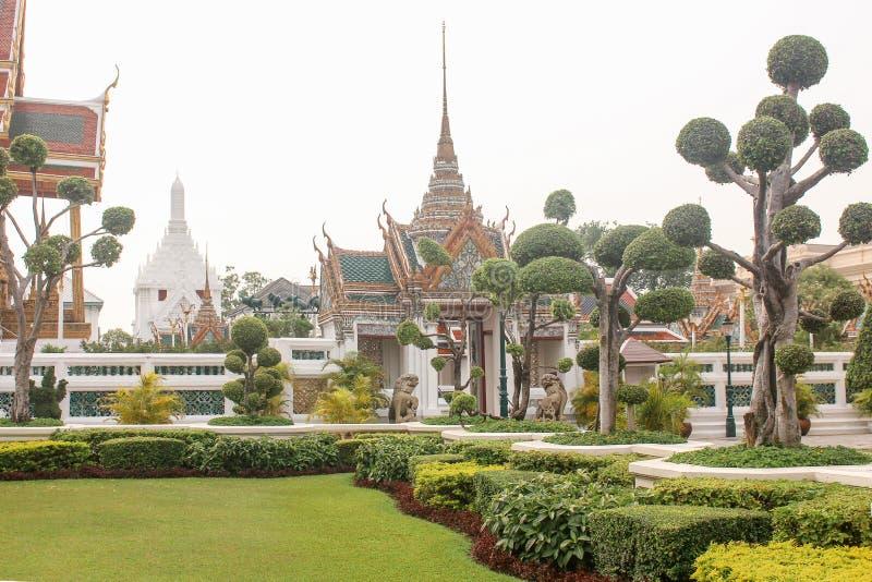 Piękny ogrodowy prowadzić świątynia w Królewskim Uroczystym pałac bangkok Thailand fotografia royalty free