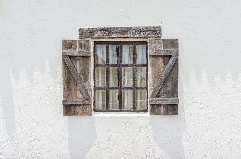 Piękny okno i biel ściana z ścinek ścieżką zdjęcie royalty free