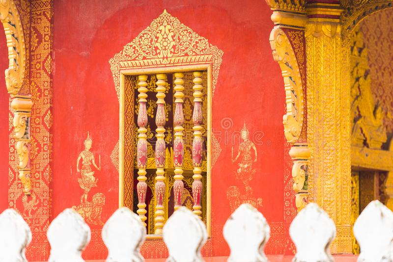 Piękny okno w świątynnym Wacie Sensoukaram w Louangphabang, Laos Zakończenie obraz royalty free