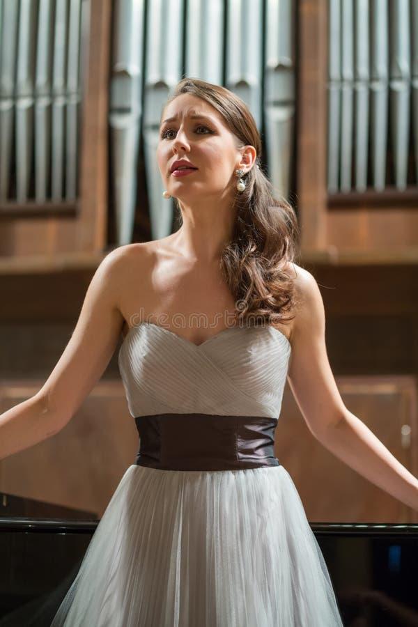 Piękny opera piosenkarz śpiewa emocjonalnie obraz royalty free
