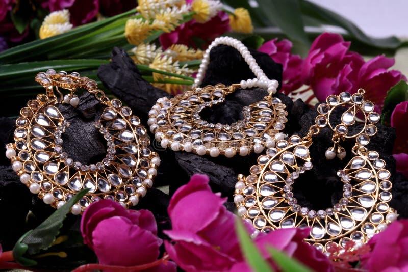 Piękny Orientalny sztuczny złocisty biżuteria indianin, arab, afrykanin, egipcjanin Mod Egzotyczni akcesoria, Azjatycka Złocista  obraz stock