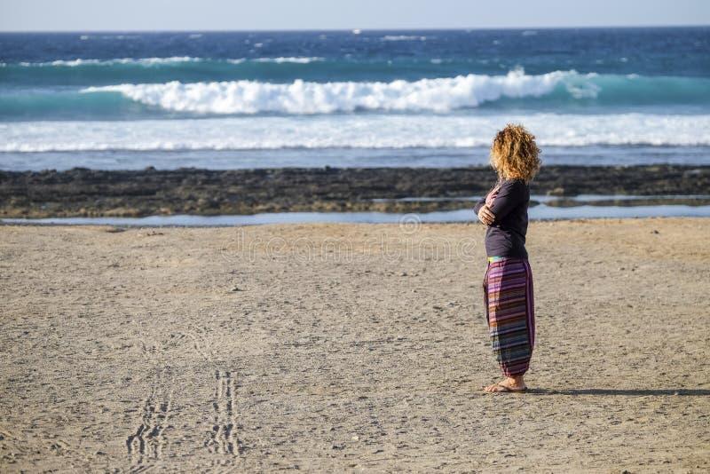 Piękny osamotniony caucasian wiek średni kobieta spacer i cieszy się nikt plaża w sezon wolności i alternatywy styl życia pojęcie obraz royalty free