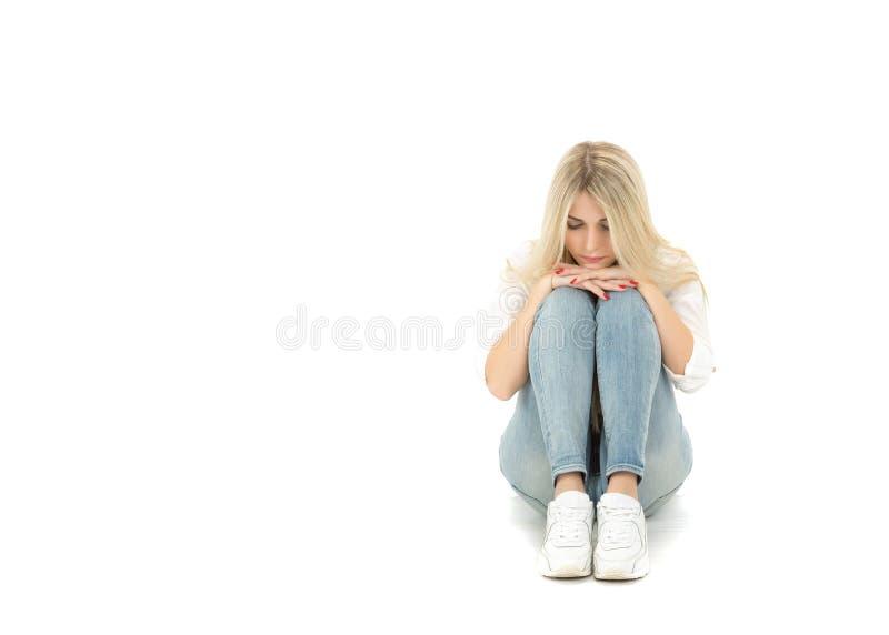 Piękny osamotniony dziewczyny obsiadanie na podłoga zdjęcie royalty free