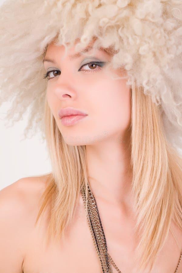 piękny owłosiony dziewczyny kapeluszu portret fotografia stock