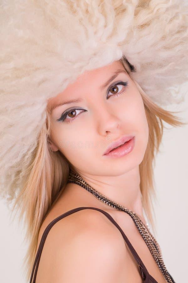 piękny owłosiony dziewczyny kapeluszu portret zdjęcia royalty free