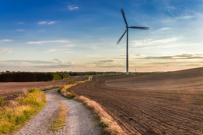 Piękny półmrok przy polem z silnikiem wiatrowym w jesieni, Polska obraz stock