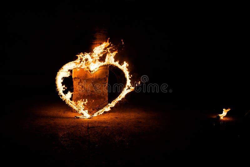 Piękny płonący serce na ciemnym tle, zdjęcie royalty free