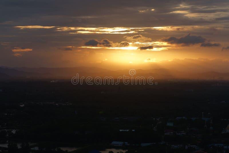 Piękny płonie zmierzchu krajobraz przy czarnym morza i pomarańcze niebem a zdjęcie royalty free