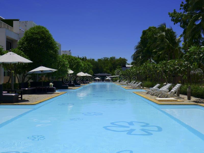 Piękny pływacki basen w hotelowym kurorcie z parasolem wokoło i krzesłem obraz stock