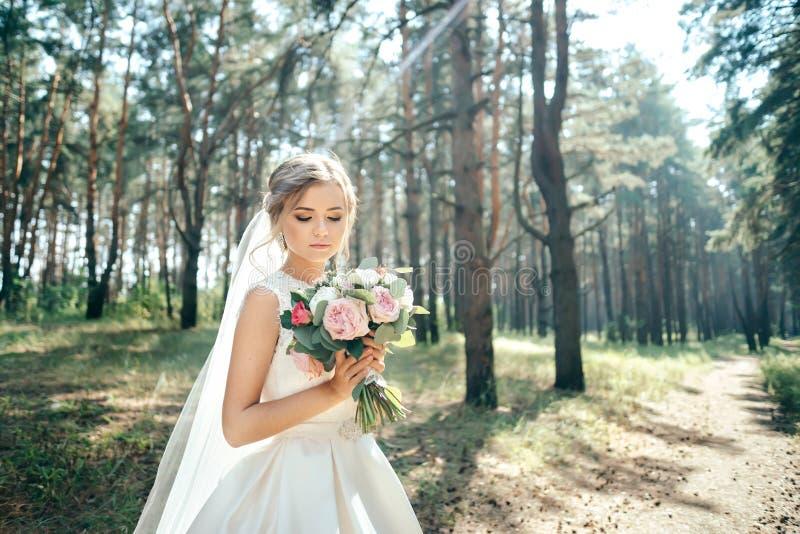 Piękny panna młoda portret w lesie oszałamiająco młoda panna młoda jest niesamowicie szczęśliwy kilka dni ubranie szczęśliwy rocz zdjęcia royalty free