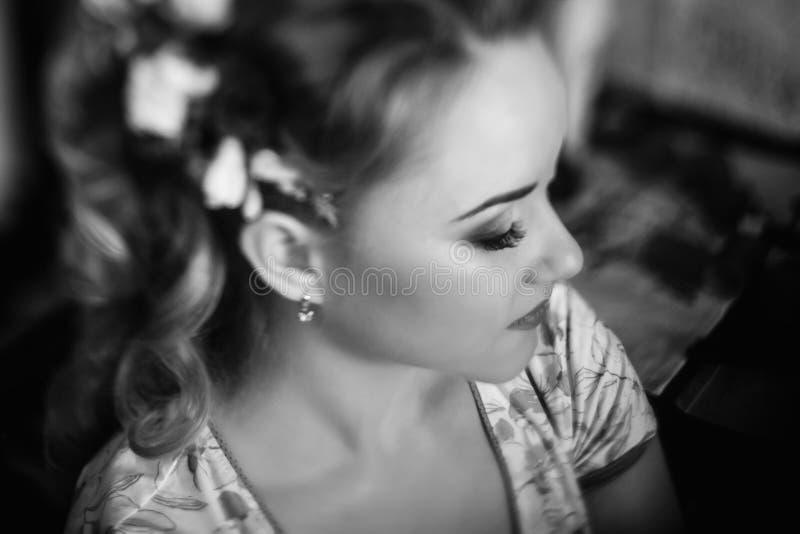 Piękny panny młodej kładzenie na kwiecistym kierowniczym wianku, stylista robi hai obraz stock