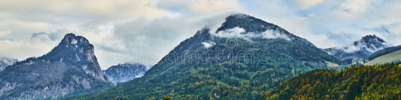 Piękny panoramiczny krajobraz z kolorowymi lasami, Alpejskimi górami i dramatycznym niebem blisko Wolfgangsee jeziora w Austria, obrazy stock