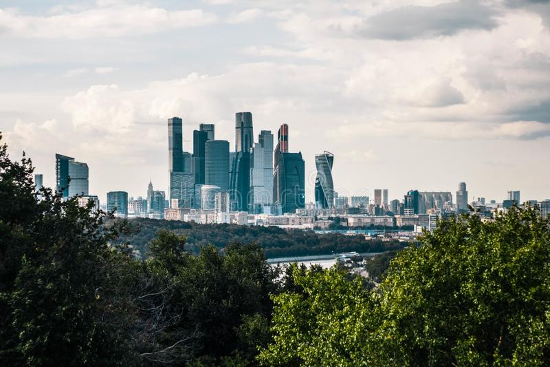 Piękny panoramiczny widok centrum biznesu Moskwa miasto od Wróblich wzgórzy Odgórny widok Moskwa centrum miasta obrazy royalty free