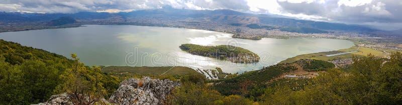 Piękny panoramiczny widok Ioannina jezioro od Ligkiades mountai obrazy stock