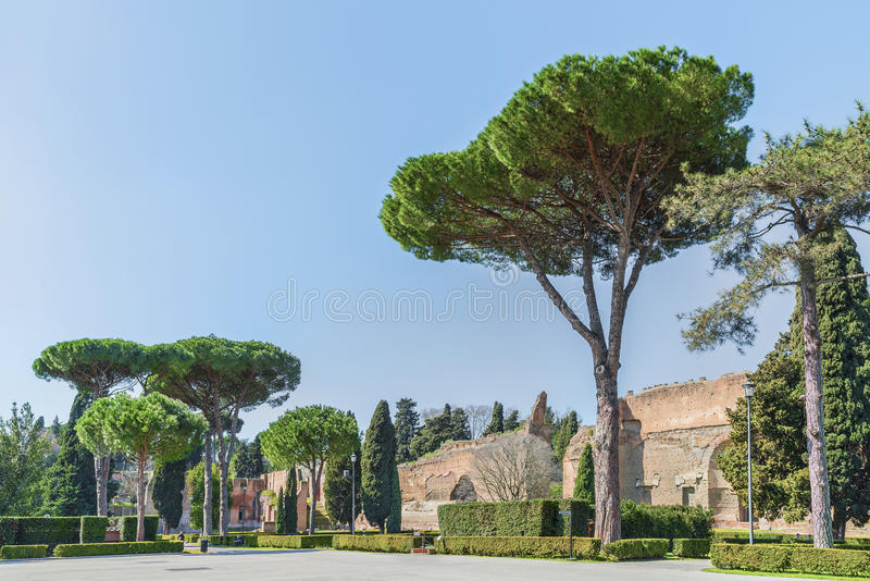 Piękny panoramiczny widok na parku i ruinach antyczni rzymscy skąpania Caracalla (Thermae Antoninianae) fotografia stock