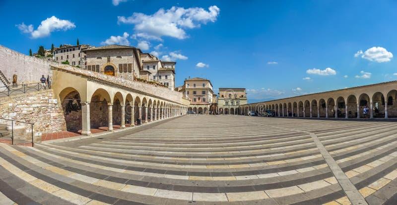 Piękny panoramiczny widok Obniżałem plac blisko sławnej bazyliki St Francis Assisi w Assisi (bazylika Papale Di San Francesco) zdjęcia stock