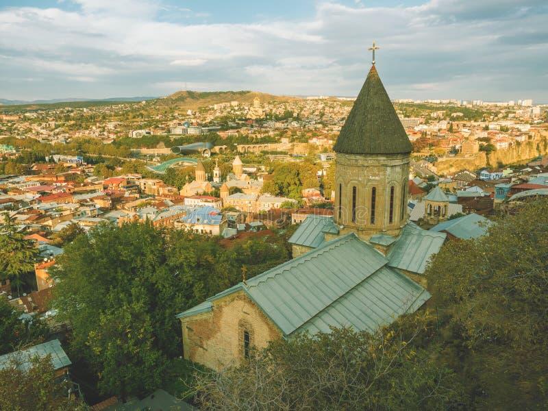 Piękny panoramiczny widok od góry Stary Grodzki Tbilisi w jesieni przy zmierzchem Gruzja zdjęcie royalty free