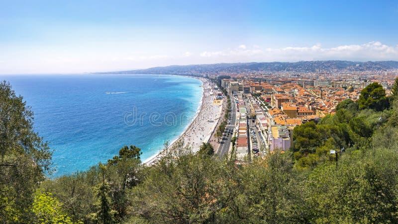 Piękny panoramiczny widok plaża w mieście Ładny, Cote d'Azure, zdjęcia stock