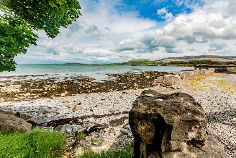 Piękny panoramiczny widok podpalana plaża Ballyvaughan i teren fotografia royalty free