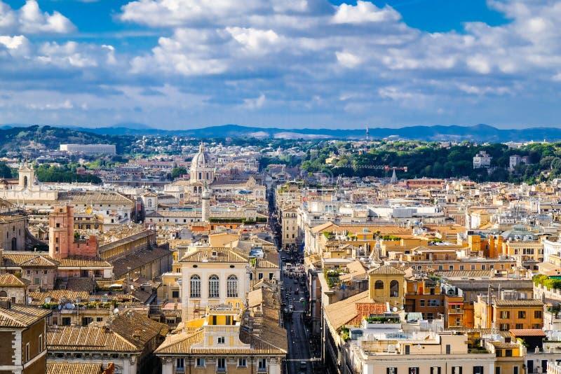 Piękny panoramiczny widok Rzym domów dachy zieleni wzgórza i zdjęcie stock