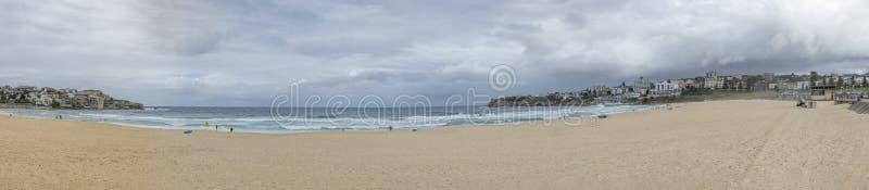 Piękny panoramiczny widok sławna Bondi plaża w Sydney, Australia na chmurnym dniu zdjęcie royalty free