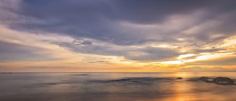 Piękny panoramiczny widok tropikalna plaża przy zmierzchem Khaolak i Phuket, Tajlandia zdjęcie stock