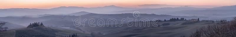 Piękny panoramiczny widok Val d «Orcia wzgórza przy świtem nowy dzień, Siena, Tuscany, Włochy zdjęcie royalty free