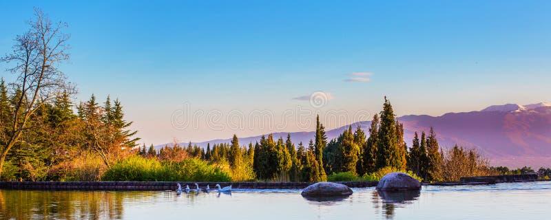 Piękny panoramy tło z jeziorem, kamień obraz royalty free