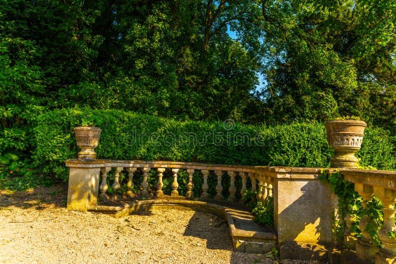 Piękny park w antyka stylu, kamienne dekoracje na piedestałach, zdjęcie stock