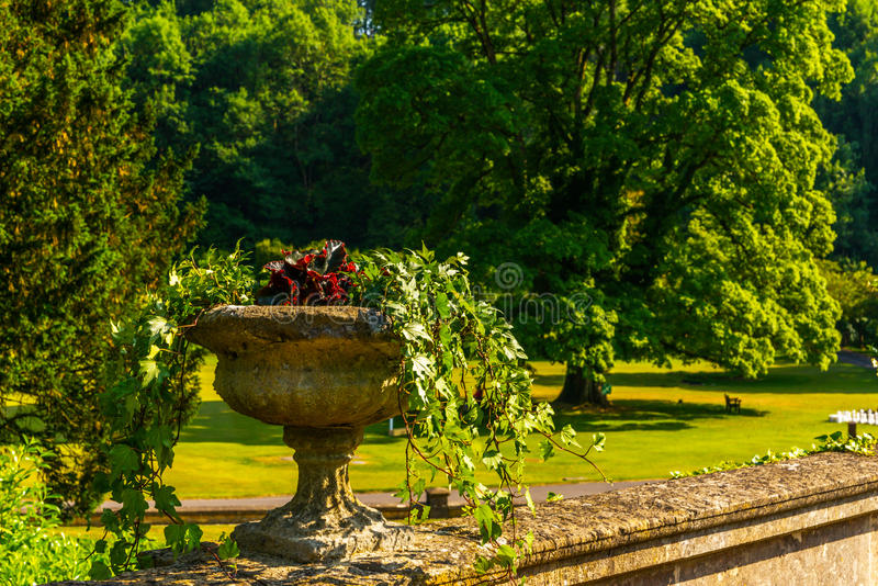 Piękny park w antyka stylu, kamienne dekoracje na piedestałach, obraz royalty free