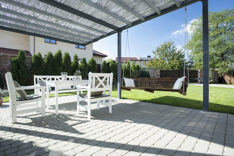 Piękny patio z huśtawką obrazy stock