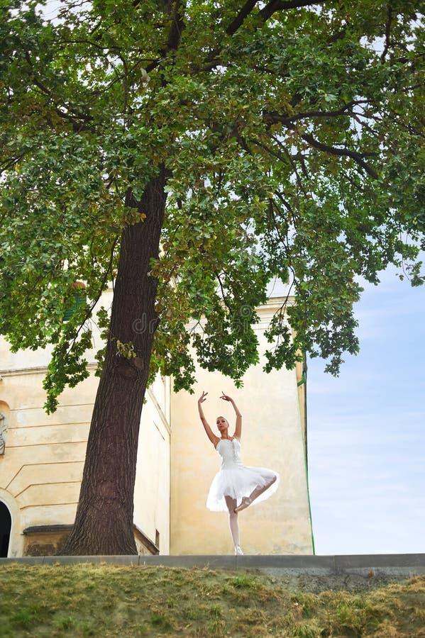 Piękny pełen wdzięku balerina taniec na ulicach stary ci obrazy royalty free