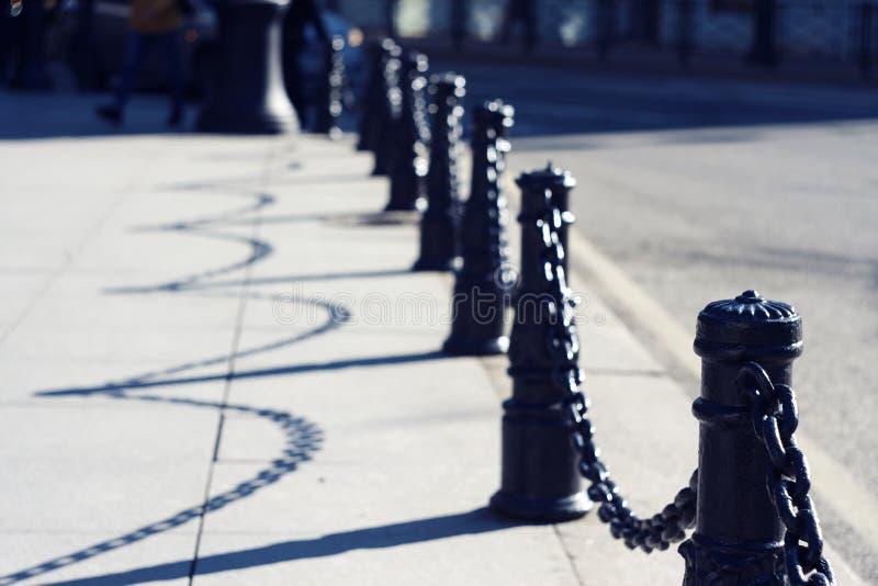 Piękny pełen wdzięku czarny dekoracyjny ogrodzenie z łańcuchami fotografia stock