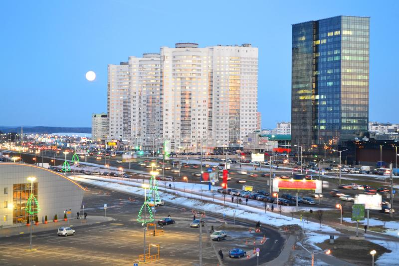 Piękny pejzaż miejski z miastowym śródmieściem Minsk, Białoruś Nocne niebo z dużym lune Miastowa krajobrazowa droga obraz stock