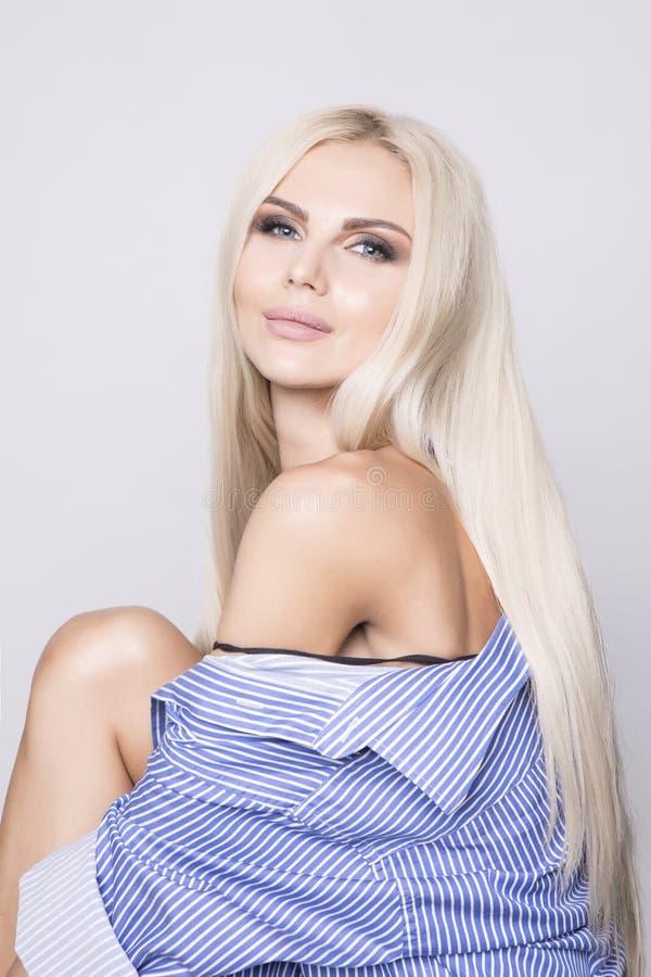 Piękny platyny blondynki dziewczyny obsiadanie i ono uśmiecha się miło obraz stock