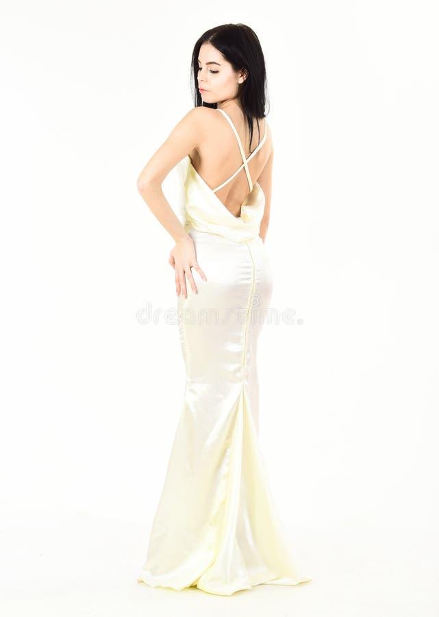 Piękny plecy, panny młodej kobieta w ślubnej sukni, moda styl Kobieta w eleganckiej biel sukni z naga postać plecy, białym obraz royalty free